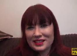 قصفت أحمر الشعر الساخن بالحبر على الأريكة