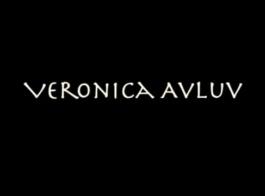 تعرف فيرونيكا أفلوف كيف تتعامل مع الديك
