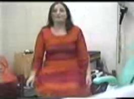 امرأة متزوجة تخون زوجها مع رجل أصغرها سناً في غرفتها الفندقية الفاخرة