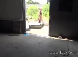 سيدة مفلس في الصنادل ذات الكعب العالي تقوم بحفر كسها المحلوق بقضيب كبير ناعم