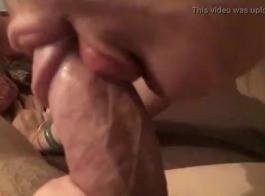 كانت امرأة سمراء لذيذة في الكعب العالي تمارس الجنس اللطيف مع والدها ، فقط من أجل المتعة