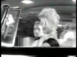 امرأة سمراء مثيرة ، نيكول أنيستون ورايلي نيكسون تعذب بعضهما البعض أثناء اتصالهما بالهاتف