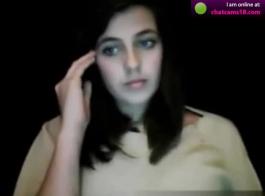 جميلة في سن المراهقة شعر مع ثقوب ضيقة اللعب