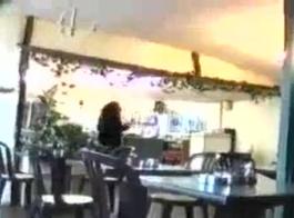 مفلس امرأة سمراء يتعرض في الهواء الطلق