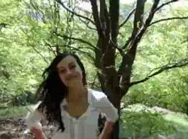 وقحة ألمانية جميلة ، ترتدي نيكي سنو جوارب سوداء بينما تقوم بفرك بوسها لتشغيل حبيبها
