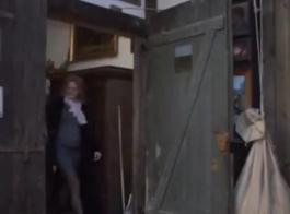 جبهة مورو أنيقة مع بزاز كبيرة ، عادت كاراندا إلى المنزل من العمل لفرك شقها على قضيب عشيقها