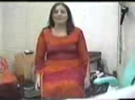 امرأة متزوجة ترتدي قميصًا نيونًا رائعًا تحب ممارسة الجنس مع الشباب الذين تكون كراتهم ضخمة