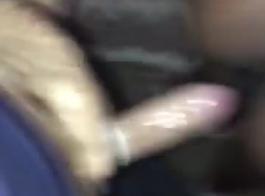 زوجة الأبنوس تمارس الجنس مع صديقة زوجها ، بينما زوجته في طريقها إلى المنزل