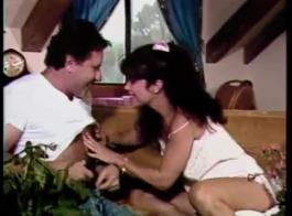 امرأة سمراء ناضجة مع النظارات ، كاتي مورغان تئن من المتعة أثناء ممارسة الجنس في المنزل