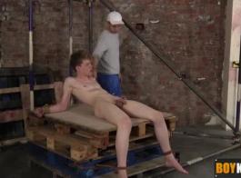ليو كروسي هو الحصول على مارس الجنس من الصعب في بوسها ضيق ويئن من المتعة أثناء كومينغ