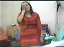 امرأة شقراء متزوجة ، براندي لوف تلعب بقضيب ضخم ، بينما تسترخي على الأريكة