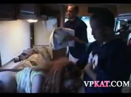 الفتيات يمارسن الجنس الجماعي في منزل ضخم ، ويصرخن من المتعة أثناء الحصول على هزات الجماع