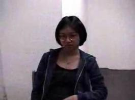 امرأة سمراء في سن المراهقة بالكاد القانونية تمتص عصا اللحم الثابت أثناء الحصول على مارس الجنس