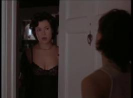 امرأة شقراء ساخنة ذات صدر كبير ، تعرف ليلي آدامز كيف ترضي الرجل بشكل صحيح