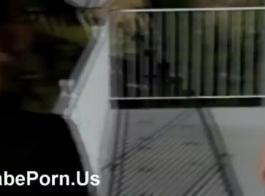 اثنين من الأطفال بصورة عاهرة يلعبون كس بعضهم البعض أثناء وجود مجموعة من ثلاثة أشخاص في غرفة خلع الملابس