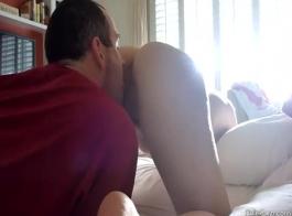 ربة منزل ناضجة ركوب الديك الخفقان على الأريكة، مع ضبط النفس من قبل امرأة سمراء مذهلة