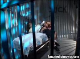 ذهب كتكوت شقراء الحلو إلى السجن، ولكن بعد ذلك عاد لتعذيب صديقها القريب