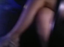 شايان الأرجل الطويلة يرتدي ملابس داخلية ضيقة
