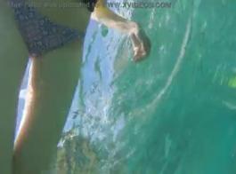 السباحة المشاغب مع أثداء كبيرة جيزيل لوكو