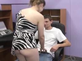 يحتاج الزوجان إلى هذا الديك الأسود الكبير للوصول إلى النشوة الجنسية