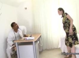 الأم الحامل أريولا نيكول يمارس الجنس مع قضيب صغير. وجهة نظر