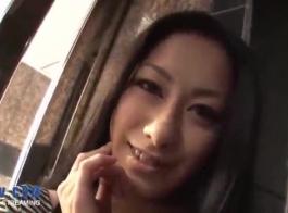 عاهرة يابانية تحصل على اثنين من الديكة الكبيرة في كل مهبل وفرج