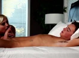 اثنين من الأزرار الشقراء يذهبون إلى ديك نيكو في أحمقهم قبل ممارسة الجنس مع مسمار في العمل