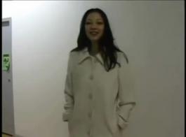 سيدة الشوارع الآسيوية الساخنة مع الحمار الكبير