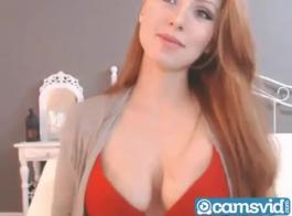 أحمر الشعر رائع يصفع خشب الأبنوس كاميرا ويب