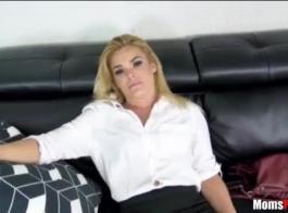 امرأة سمراء الساخنة هي ممارسة الجنس عارضة مع صديقها، حتى أمام الكاميرا