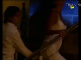 امرأة ساخنة تمتصان على اثنين من الديوك الضخمة صنعت لحظات بوف مثيرة للغاية.