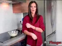 بدلا من الحصول على تدليك شهواني، فإن الهواة لاتينا تحصل على ديك داخل مؤخرتها، في منزلها.