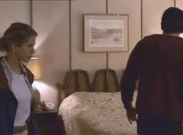 يعرف عشية أنيستون كيفية جعل الرجل ينفجر مع شهوة لها لأنها