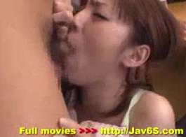 ممتدل الآسيوية الجميلة مع عصير البظر مقابض ماكو نودا من الخلف بجد داخلها