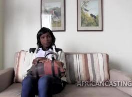 جبهة مورو الأفريقي المشاغب يرتدي تنورة مطبوعة للحيوانات وجوارب شبكة صيد السمك أثناء الغش على زوجها