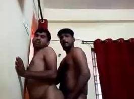 اثنين من الرجال مثلي الجنس لديهم ممارسة الجنس البرية مع رجل أصلع، على الأريكة
