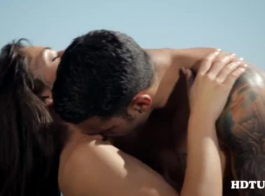 فاتنة رائعة المظهر في شقتتها الغائمة هي الحصول على مارس الجنس بعد امتصاص العديد من ديكس بيضاء في حياتها