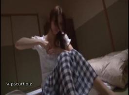 في سن المراهقة الحسية التدفق بفارغ الصبر بينما يلعب ديك حبيبها الضخم مع الهرة الرطب لها