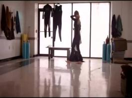 امرأة عارية، لوسي تحمل ساقي رفعت مرتفعة أثناء الغش على زوجها مع حبيبها.