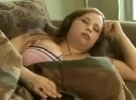 امرأة سمراء قرنية مع الديك حلق يئن من المتعة أثناء الحصول على مارس الجنس من الصعب.