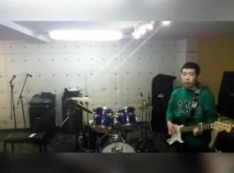 يقوم مدرب الجيتار بتصوير المعلم كنزي ريفز في ممارسة الجنس الجماعي المكثف