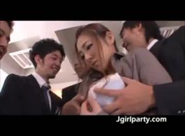 سيدة شرقية في جوارب طويلة شفافة تمارس الجنس مع يابانية