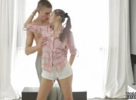 مثير في سن المراهقة في الأسود، جوارب المثيرة ينشر ساقيها مفتوحة على مصراعيها وقررت الحصول على مارس الجنس من الصعب.