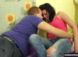 غير مطيع في سن المراهقة امرأة سمراء لا يمكن أن تعيق من الغش على صديقها، في كثير من الأحيان.