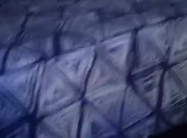 فتاة سوداء مص ديك أثناء الركوع على الأرض، أمام شريكها.