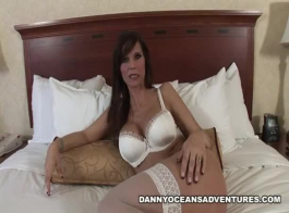 سورين دي مير عبارة عن فاتنة شقراء تحطيم يحب ارتداء جوارب المثيرة أثناء الحصول على مارس الجنس.