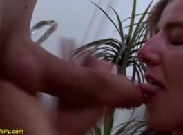 امرأة سمراء الألمانية مع الثدي الصغيرة والحلمات مرح هو مص الديك الأسود الكبير.