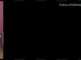 امرأة سمراء عارية الحصول على حلمات صلبة مغطاة في نائب الرئيس