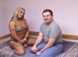رجل شقراء قرنية مارس الجنس أفضل صديق له أفضل شقراء الإناث، هارلو دوريس في سريره الضخم